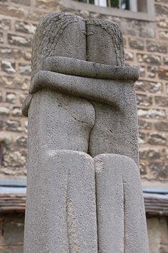 Constantin Brancusi, The Kiss reflecting unlimited and endless love. Rodin, Constantin Brancusi, Geometric Sculpture, Paris Cafe, Medium Art, Kissing, Curiosity, Romania, Street Art