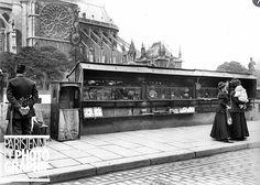 Boîtes de bouquinistes, quai de Montebello à Paris vers 1914. Une photo de © Albert Harlingue/Roger-Viollet.