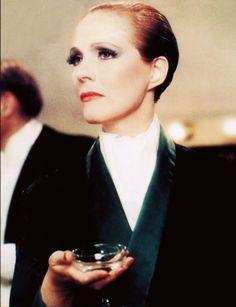 Julie Andrews as count Victor Grazinski - Victor Victoria by Blake Edwards (1982)
