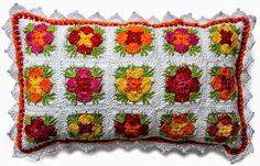 Almohada de grannys de centro floral al crochet