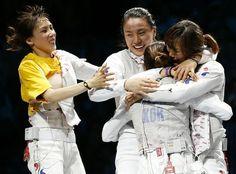 한국 펜싱 여자 플뢰레 대표팀 선수들이 3일 영국 엑셀 런던 사우스 아레나에서 열린 단체 3~4위전에서 프랑스 선수를 물리치고 동메달을 목에 걸었다.
