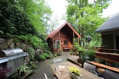 Cabin in Jim Thorpe, United States. You'll love my place because it is a peaceful and serene escape, yet it is a short walk away from all the attractions.  There is a large deck in the backyard, above the cabin and house.  yoga classes and other functions are held in this space a co...