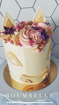 Eine Pferde-Torte mit einer Mähne aus Buttercrème-Swirls und essbaren Blüten. #edibleflowers #horsecake #birthdaycake #horse Macarons, Fondant, Berry, Birthday Cake, Desserts, Food, Buttercream Flowers, Plant Based Foods, Food Portions