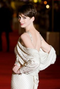 Anne Hathaway (in Givenchy couture) at the London premiere of Les Miserables, December Anne Hathaway Pixie, Anne Jacqueline Hathaway, Short Hair Cuts, Short Hair Styles, Divas, Pixie Hairstyles, Haircuts, Actress Photos, Givenchy
