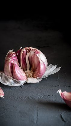 Knoblauch-Food-Fotografie / Dark-Food-Fotografie - for the eyes - Obst Dark Food Photography, Woods Photography, Photography Camera, Photography Settings, Fruits Drawing, Food Drawing, Vegetables Photography, Macro Meals, Creative Food