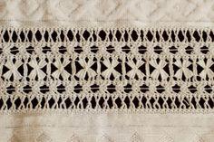 Vó Donazinha: bainha aberta Jacobean Embroidery, White Embroidery, Embroidery Stitches, Hand Embroidery, Drawn Thread, Thread Work, Weaving Patterns, Stitch Patterns, Linen Tablecloth