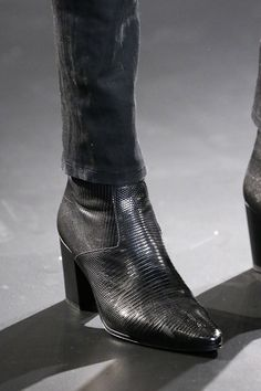 Saint Laurent Herbst 2015 Menswear Fashion Show - Schuhe Big Men Fashion, World Of Fashion, Fashion Boots, Fashion Show, Fashion Rings, Men In Heels, Men S Shoes, High Heels, Black Coated Skinny Jeans