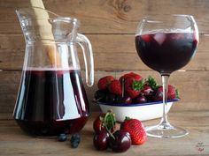 Bebida refrescante a base de vino tinto, en esta ocasión con zumo de arándanos, refresco con gas de lima-limón, brandy y frutos rojos frescos, como arándanos, cerezas y fresas.