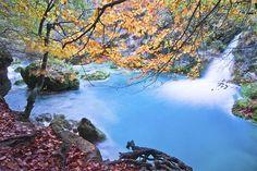 Nacimiento del río Urederra, Navarra Pertenece a la sierra de Urbasa y es una reserva natural. Este lugar tiene algo de mágico. Parece el hogar perfecto para las hadas de los cuentos. Rodeado de cascadas y pozas de color turquesa, se aconseja reservar la entrada a la reserva natural por internet. Para llegar hasta allí, el camino es un tanto agreste. Así que no olvides tu bastón de trekking. Aviso: está prohibido coger palos, piedras o flor que te encuentres por el camino.