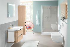 Badezimmer in Hellblau mit grauen Fliesen   roomido.com