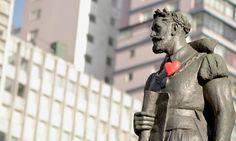 Artistas espalham corações pelos monumentos da cidade de São Paulo
