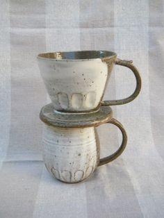 陶器のドリッパーで入れたあたたかいコーヒーをどうぞ。荒めの赤土でろくろ成形し、白化粧を掛けた粉引きのコーヒードリッパー&ピッチャーのセットです。ピッチ...|ハンドメイド、手作り、手仕事品の通販・販売・購入ならCreema。