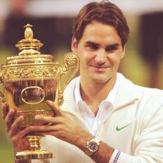Roger Federer holds the Wimbledon's trophee. He wins this tournament for the 7th time and he is with Pete Sampras record. 17th Grand Slam titles his own record and he will become number 1 again.
