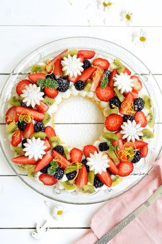 Anello di frolla con crema al latte e frutta Caprese Salad, Fruit Salad, Number Birthday Cakes, Beautiful Cakes, Sprinkles, Cupcake Cakes, Deserts, Food And Drink, Tasty