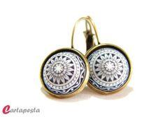 Süße Ohrringe im Vintagelook auf nickelfreien, bronzefarbenen Klappbrisuren.