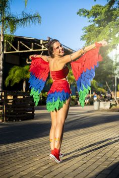 Fantasias para o Carnaval 2020 - Glanz Costume Halloween, Costume Carnaval, Halloween Diy, Dress Up Costumes, Cool Costumes, Cosplay Costumes, Parrot Costume, Bird Costume, Peacock Costume