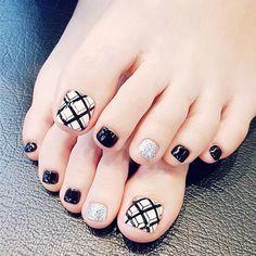 Foot Nail 24 pcs black and white cubic lattice line design false toe nails Glitter Toe Nails, Fake Gel Nails, Gel Toe Nails, Simple Toe Nails, Summer Toe Nails, Feet Nails, Toe Nail Art, Silver Nails, White Nails