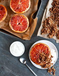 Vyvážená snídaně obsahuje sacharidy (ovesná granola), bílkoviny (jogurt) i vitamíny (grep). A hlavně skvěle chutná!; Greta Blumajerová