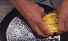 Elle dépose ses tranches de pomme de terre dans un poêlon, ce qu'elle y ajoute vous mettra l'eau à la bouche!