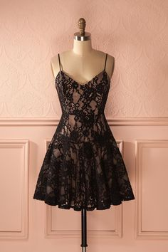 Robe noire en dentelle à bretelles fines et doublure beige - Black lace dress with spaghetti straps and beige lining