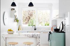 I ➨➨ Le four, le frigo, le plan de travail, l'évier... Comment les faire entrer dans moins de 15m² ? Avec nos conseils, c'est désormais mission possible. Suivez-les et découvrez comment bien aménager une petite cuisine.