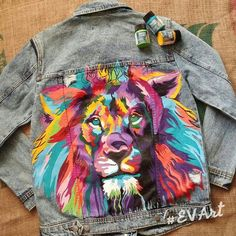 DIY JEandjacke bemalen mit Stoffmalfarbe DIY jacket to paint with fabric paint Painted Denim Jacket, Painted Jeans, Painted Clothes, Hand Painted, Denim Paint, Customised Denim Jacket, Painted Shorts, Diy Clothing, Custom Clothes