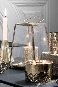 Lanterna: Lanterna in vetro trasparente e metallo con maniglia. Misure in alto 10x10 cm, misure in basso 15x15 cm, altezza 21 cm.