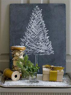 Wie thuis weinig plaats heeft en niet veel geld wil uitgeven kan de kerstsfeer in huis halen door met krijt een boompje te tekenen op een...