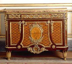 Commode du «cabinet entresolé» de la reine Marie-Antoinette au château de Marly Jean-Henri Riesener, bâti de chêne, placage de sycomore, d'amarante et d'épine-vinette, marqueterie de bois précieux, garniture de bronze doré, marbre brèche d'Alep