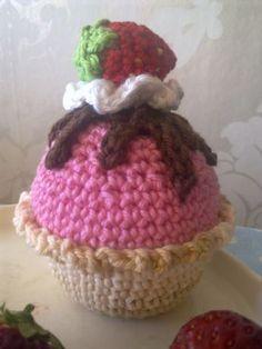 Den här smaskiga muffinsen passar bra idag på namnsdagen :) Formen och muffinsen är virkad i ett stycke och galsyr, grädde och jordgubbe f...