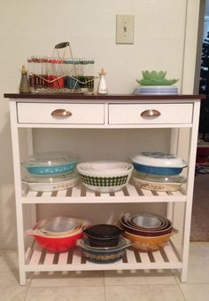 One of my pyrex displays :) Vintage Pyrex, Vintage Glassware, Vintage Kitchen, Booth Ideas, Display Ideas, Pyrex Display, Old Fashioned Kitchen, Grandma's House, Kitchen Things