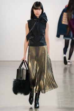 Black Gold Fashion Claudia Li Autumn-Winter (Fall shown February 2019 - The complete Claudia Li Fall 2019 Ready-to-Wear fashion show now on Vogue Runway. Style Haute Couture, Couture Fashion, Runway Fashion, Fashion Trends, Spring Fashion Outfits, Autumn Fashion, Fashion Over, High Fashion, Claudia Li
