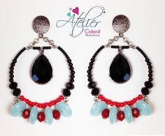 Maxi brinco com pedras naturais em turquesa, detalhes em miçanga e cristais vermelha e cristais preto.