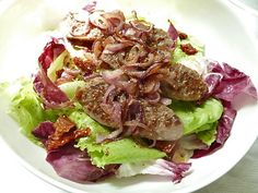 Gebratene Salsiccia auf bitterem Salat