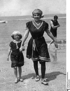 Viel Prüderie, wenig Haut: Diese Mutter und ihre kleine Tochter wählten für ihren Strandausflug 1905 ein züchtiges Badekostüm im Matrosen-Look. Zu dem knielangen Kleid, einer Badehaube und Schuhen trug die Mama sogar Strümpfe.