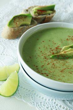 Deze heerlijk romige soep dankt haar mooie groen kleur aan de avocado, een bijzondere vrucht met een hoog gehalte gezonde vetten. Je zet het in een handomdraai op tafel! Als je niet van koriander houdt, kun je in plaats daarvan ook verse peterselie nemen.
