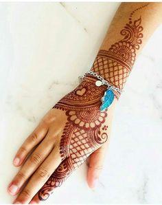 No photo description available. Rajasthani Mehndi Designs, Peacock Mehndi Designs, Mehndi Designs Feet, Latest Bridal Mehndi Designs, Henna Art Designs, Mehndi Designs 2018, Mehndi Designs For Girls, Stylish Mehndi Designs, Mehndi Designs For Beginners