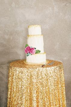 Gold dipped cake: http://www.stylemepretty.com/2015/01/13/modern-chic-marfa-texas-wedding-by-to-live-to-love-photography/ | Photography: To Live.To Love - http://tolivetolovephotography.com/