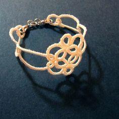 【タティング】ブレスレット②【ブレード】の作り方 There is a free visual pattern, even if you don't speak Japanese. Another cute bracelet.