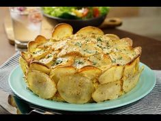 You have never seen such a spectacular dish as this delicious and lucid potato cake with cheese and ham. It is the perfect garnish for any dish, it has an extraordinary flavor and the best thing is that it is very easy to prepare. Good Food, Yummy Food, Cheese Potatoes, Potato Cakes, Potato Pie, Potato Dishes, Ham And Cheese, Casserole Recipes, I Foods