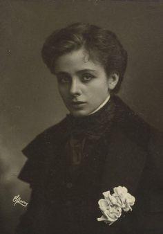 temporubato:  polarbearprince:  Maude Adams  As Napoléon II. File under 'fuck yeah, brooding princes'.