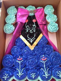 Very cute Frozen themed pull-apart cake idea! Pull Apart Cupcake Cake, Pull Apart Cake, Torte Frozen, Anna Frozen Cake, Ana Frozen, Frozen Dress, Cupcakes Princesas, Disney Cupcakes, Frozen Cupcakes