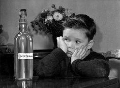 ongen bij geretoucheerde fles levertraan. Achtergrond: bos bloemen. 1953.