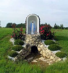 10 Creative Ideas to Reuse & Recycle Bathtub (Pictures) Ways To Recycle, Reuse Recycle, Recycling, Bathtub Pictures, Old Bathtub, Garden Bathtub, Home Design Images, Old Refrigerator, Virgin Mary Statue