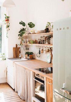 Deze kleine keuken straalt een heerlijke bohemian sfeer uit.