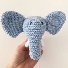 Blau   Als Mädchentante kann ich alle überraschen und auch blaue Sachen häkeln. Dieser liebe Elefant kann rasseln und wartet nun ganz brav bis Juli auf einen kleinen neuen Erdenbürger. Thank you very much @trolleungen for the inspiration and the pattern! #rasselele #crochetersofinstagram #crochetrattle #babyelephant #häkelliebe by la.vie_est_pleine.de.couleurs