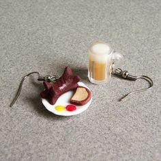 Opečený buřt s kečupem a hořčicí a pivo
