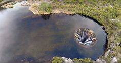 Depois de termos partilhado 10 lugares em Portugal que parecem saídos dos contos de fadas, voltamos a divulgar mais um lugar único neste belo país à beira mar plantado. Trata-se da barragem dos Conchos, que faz parte do aproveitamento hidroelétrico da Serra da Estrela e recolhe as águas da ribeira das Naves. Para quem desconhece, dá a impressão que a lagoa está furada no meio e vai engolindo água! Construída em 1955 em alvenaria de betão e granito com 4,6m de altura, 48 metros de…