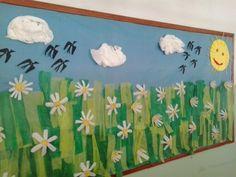 Mural de primavera. Margarides fetes amb envasos d'actimel.