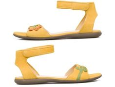 2013年カンペール春/夏コレクションの黄色のグレイン・レザーにグリーンとオレンジのディテールが施されたサンダルのツインズです。